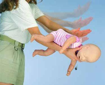 Первая помощь детям при закупорке дыхательных путей инородными телами